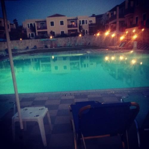 vår fina pool på kvällen