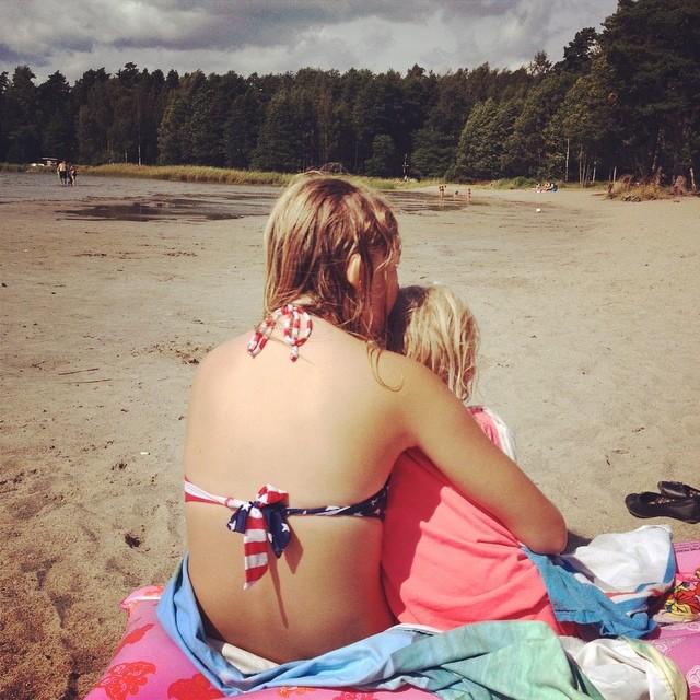 Syskon på stranden den första augustidagen