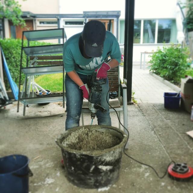 Jag blandar eps-cement till förrådsgolvet. Aka #tjejersombygger